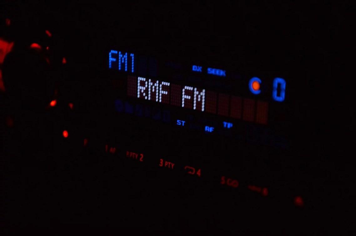 radio studio 932266 1920 - Quais são as rádios FM mais Ouvidas?