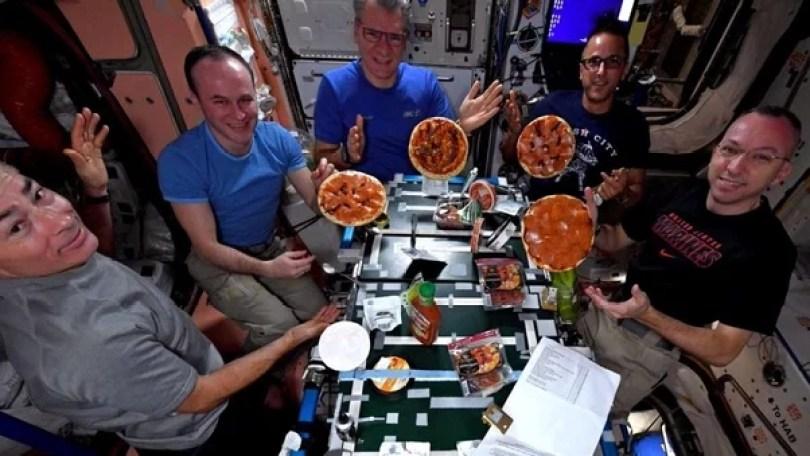 pizza hut delivery primeira entrega comida no espaco 11 - Delivery espacial - A primeira entrega fora do Planeta Terra