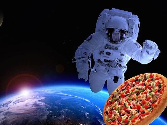 pizza hut delivery primeira entrega comida no espaco capa spacepizzafeature - Delivery espacial - A primeira entrega fora do Planeta Terra