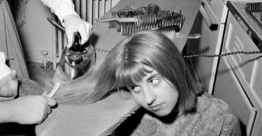 mulher passando ferro no cabelo - Edificações que modificaram-se durante os anos