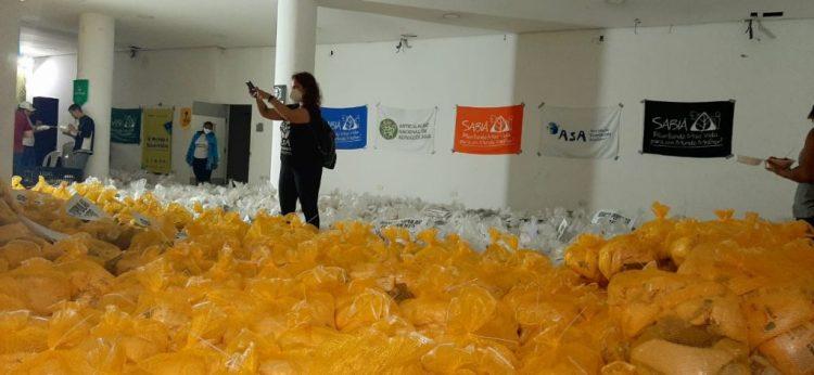 Centro Sabiá entrega 1.000 cestas de alimentos ao Banco Popular de Alimentos, no Armazém do Campo, no Recife (PE). Foto: Darliton Silva / Centro Sabiá