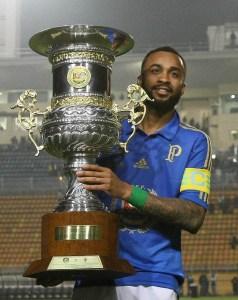 Wesley chegou a erguer o troféu Julinho Botelho após vitória sobre a Fiorentina. Foto: Cesar Greco/Ag. Palmeiras/Divulgação
