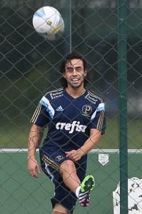 Valdivia voltou a treinar com bola nessa semana (Foto: Cesar Greco/Ag Palmeiras/Divulgação)