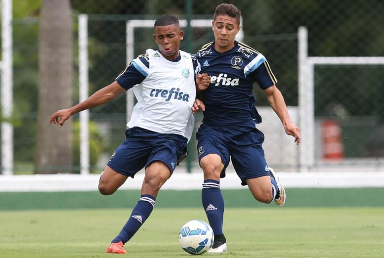 Companheiros de equipe na categoria sub-17, João Pedro e Gabriel Jesus estiveram em campo juntos contra o Bragantino. (Cesar Greco/Ag. Palmeiras/Divulgação)