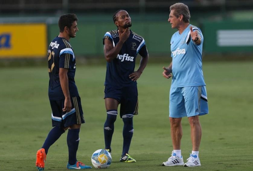 Oswaldo de Oliveira, Zé Roberto e Robinho conversam durante treino na Academia de Futebol. (Cesar Greco/Ag. Palmeiras/Divulgação)