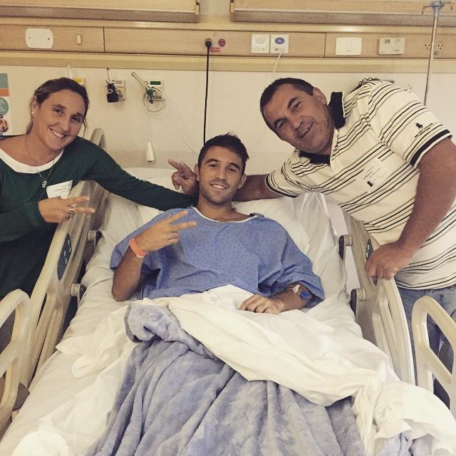 Allione posa para foto depois de cirurgia no joelho (Reprodução/Instagram)