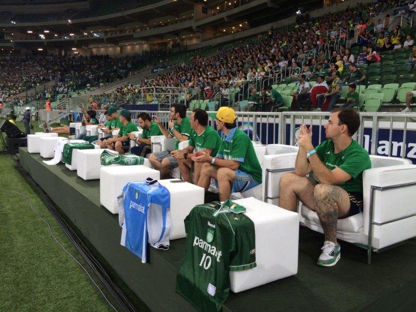 Assistir ao jogo sentado em um sofá dentro do gramado do Allianz Parque é uma das ações para sócios-torcedores do programa