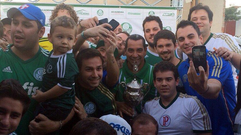Zinho comemorou a goleada no Choque-Rei deste domingo (28) junto com os torcedores, em Piracicaba. (Divulgação)