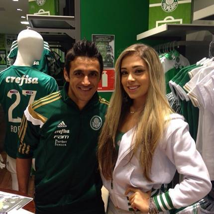 Robinho e Monique Santangelo, vice-Miss Centenário, estiveram na Academia Store do Shopping Tietê Plaza. (Divulgação)