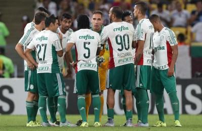 Palmeiras se reúne em campo antes da volta para o 2º tempo. Mudança de postura foi fundamental para a vitória. (César Greco/ Ag.Palmeiras/Divulgação)