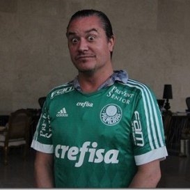 Mike Patton, do Faith No More, exibe a camisa que ganhou de presente do Palmeiras. (Gabriel Barbosa/TV Palmeiras/FAM)