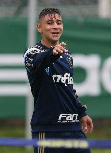 João Pedro deve ganhar nova oportunidade na equipe titular. (Cesar Greco/Ag. Palmeiras/Divulgação)