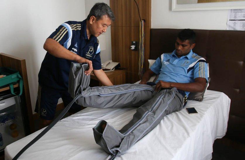 Os jogadores fizeram recovery com o fisioterapeuta Marcelo Gondo. (Cesar Greco/Ag. Palmeiras/Divulgação)