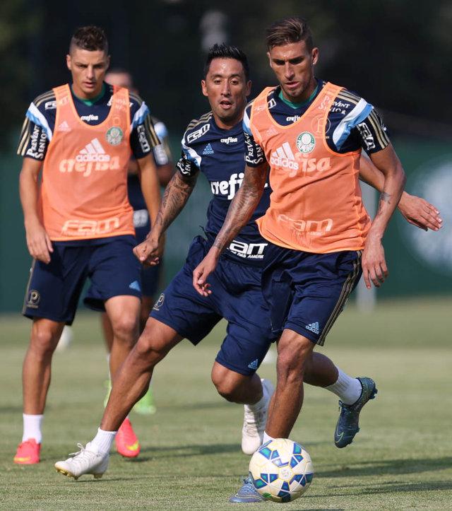 O atacante Lucas Barrios voltou a ser relacionado. (Cesar Greco/Ag. Palmeiras/Divulgação)