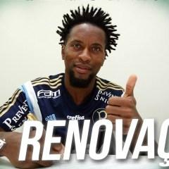 Vídeo: Zé Roberto renova contrato até o fim de 2016