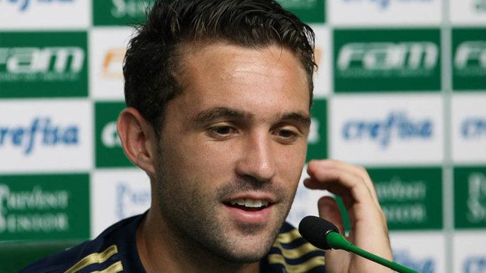 O meia Allione concedeu entrevista coletiva na Academia de Futebol nesta manhã de quarta-feira (04). (Cesar Greco/Ag. Palmeiras/Divulgação)