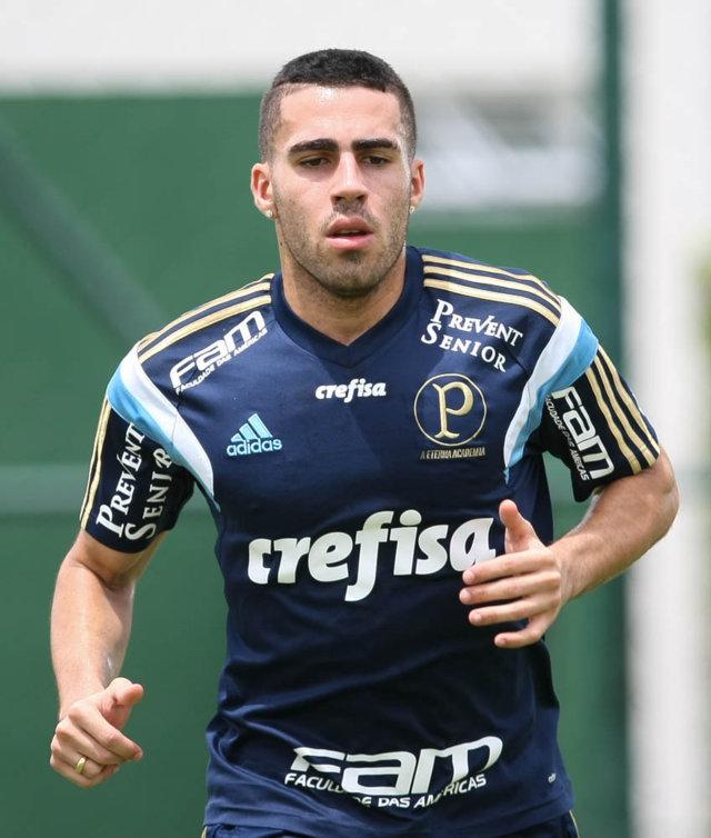 Após operação no joelho esquerdo, o volante Gabriel voltou nesta quarta-feira (04) a correr no gramado. (Cesar Greco/Ag. Palmeiras/Divulgação)