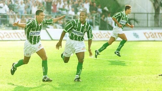 Djalminha comemora gol sobre o Botafogo-SP em 1996. (Gazeta Press)