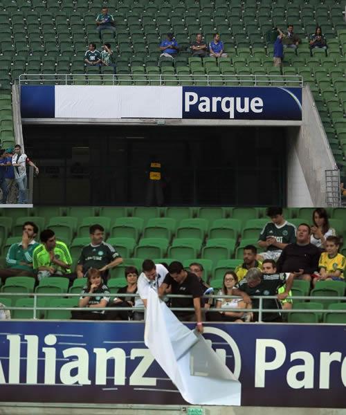 Na primeira partida do Campeonato Brasileiro de 2015 a torcida arrancou as faixas que cobriam o patrocinador. (Ag. Estado)