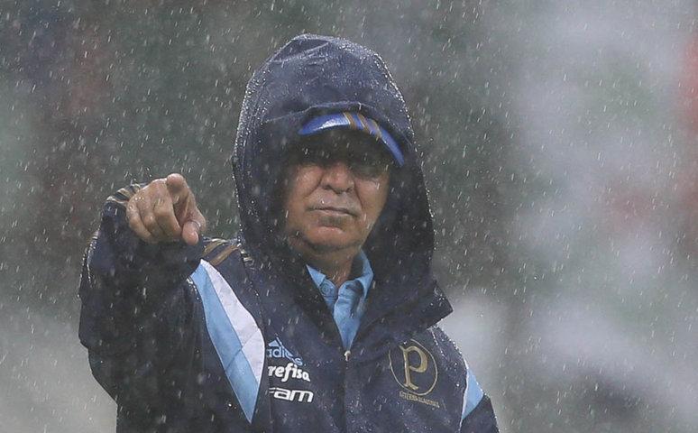 Debaixo de muita chuva, M. Oliveira comandou Verdão no primeiro clássico do ano. (Cesar Greco/Ag.Palmeiras/Divulgação)