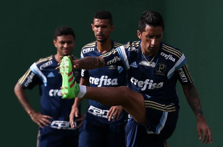 Lucas Barrios treinou com o grupo nesta segunda-feira (07). (Cesar Greco/Ag.Palmeiras/Divulgação)