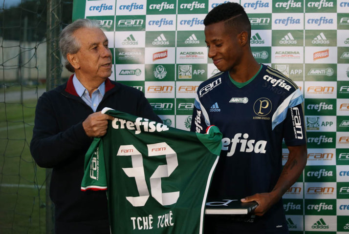 Apresentação oficial do meia Tchê Tchê aconteceu nesta quinta (12) em Atibaia-SP. (Cesar Greco/Ag.Palmeiras/Divulgação)
