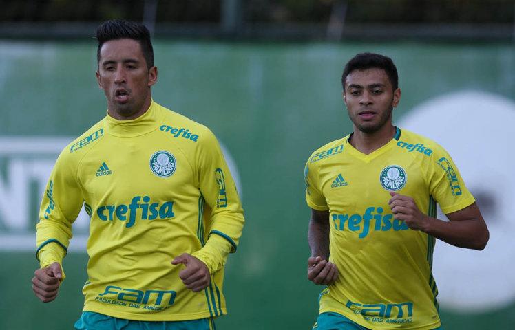 O atacante Lucas Barrios e o meia Cleiton Xavier treinaram normalmente e podem voltar contra o Flamengo. (Cesar Greco/Ag.Palmeiras/Divulgação)