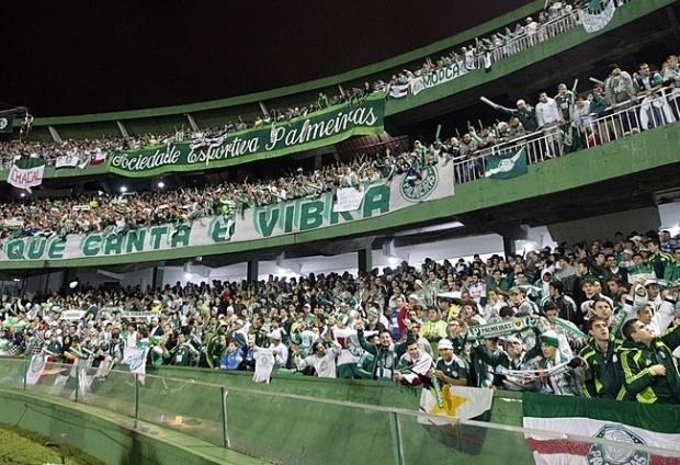 Torcida do Palmeiras estará em bom número no Couto Pereira. (JF DIORIO)