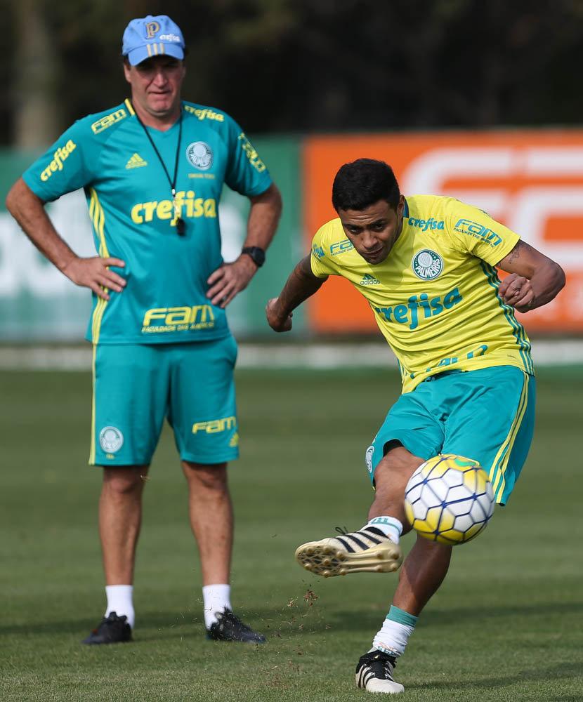 Cuca relacionou 25 jogadores após a atividade deste sábado (26). (Cesar Greco/Ag Palmeiras/Divulgação)
