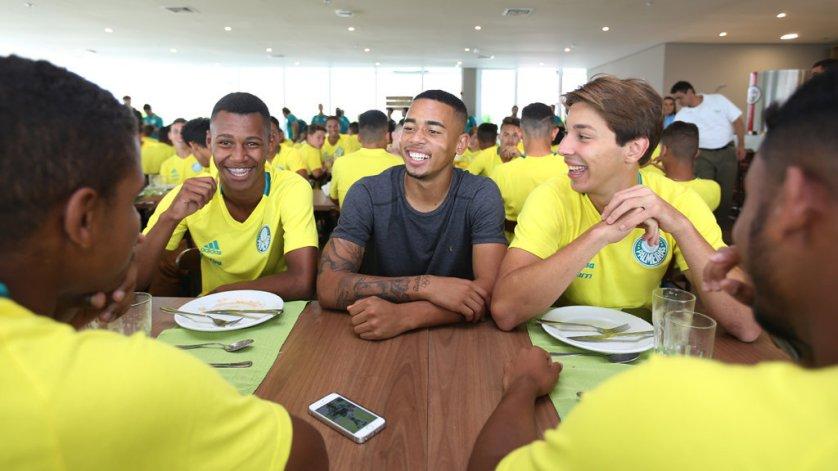 """Gabriel Jesus foi um dos quatro jogadores escolhidos para protagonizar o último """"Resenha da Academia"""" de 2016. (Fabio Menotti/Ag.Palmeiras/Divulgação)"""