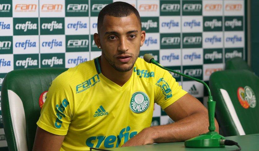 Vitor Hugo concedeu entrevista coletiva após o treino desta quinta-feira (10). (Cesar Greco/Ag Palmeiras/Divulgação)