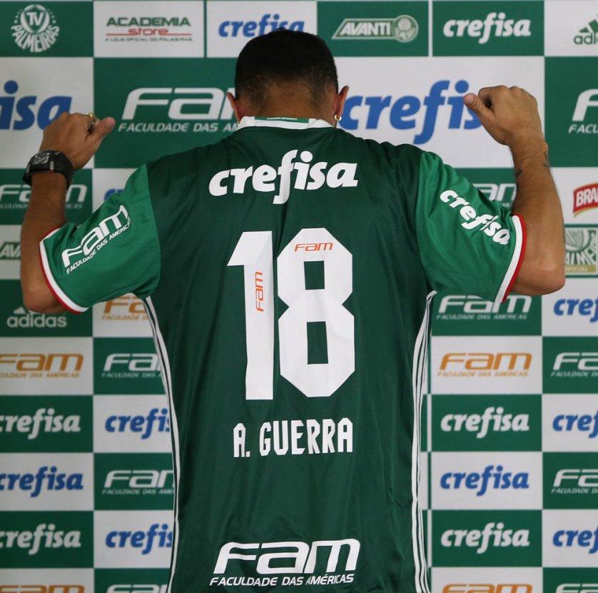 Meia Alejandro Guerra recebeu a camisa 18, que lhe trouxe sorte no ex-clube. (Cesar Greco/Ag.Palmeiras/Divulgação)