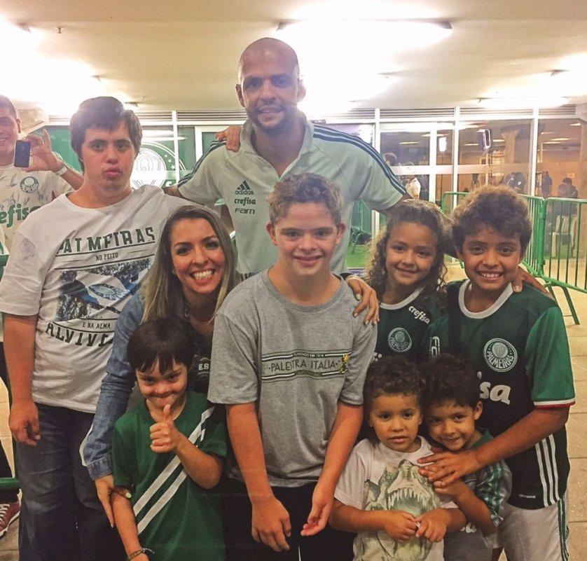 Os palmeirenses do Instituto Olga Kos conheceram o-volante Felipe Melo e sua família. (Divulgação)