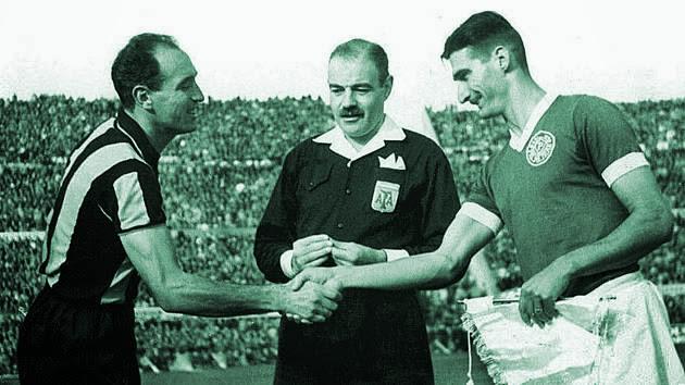 O capitão palmeirense Júlio Botelho cumprimenta William Martínez do Peñarol, antes de partida realizada no estádio do Pacaembu. (Reprodução)