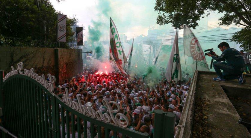 Centenas de torcedores apoiaram a equipe na porta da Academia de Futebol nesta sexta (21). (Cesar Greco/Ag.Palmeiras/Divulgação)