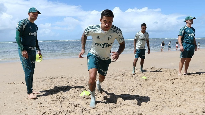 Suspenso, Dudu fez parte do grupo que realizou atividades físicas na praia. (Cesar Greco/Ag Palmeiras/Divulgação)