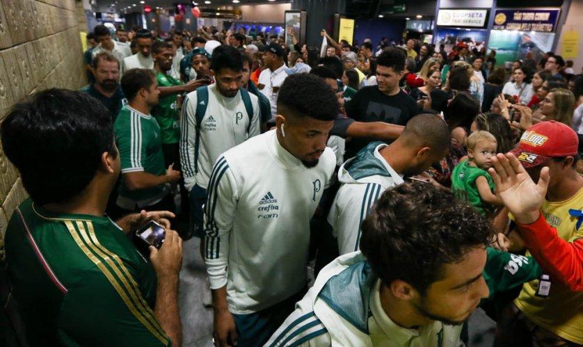 Elenco alviverde recebeu o carinho da torcida no desembarque em Recife. (Cesar Greco/Ag Palmeiras/Divulgação)