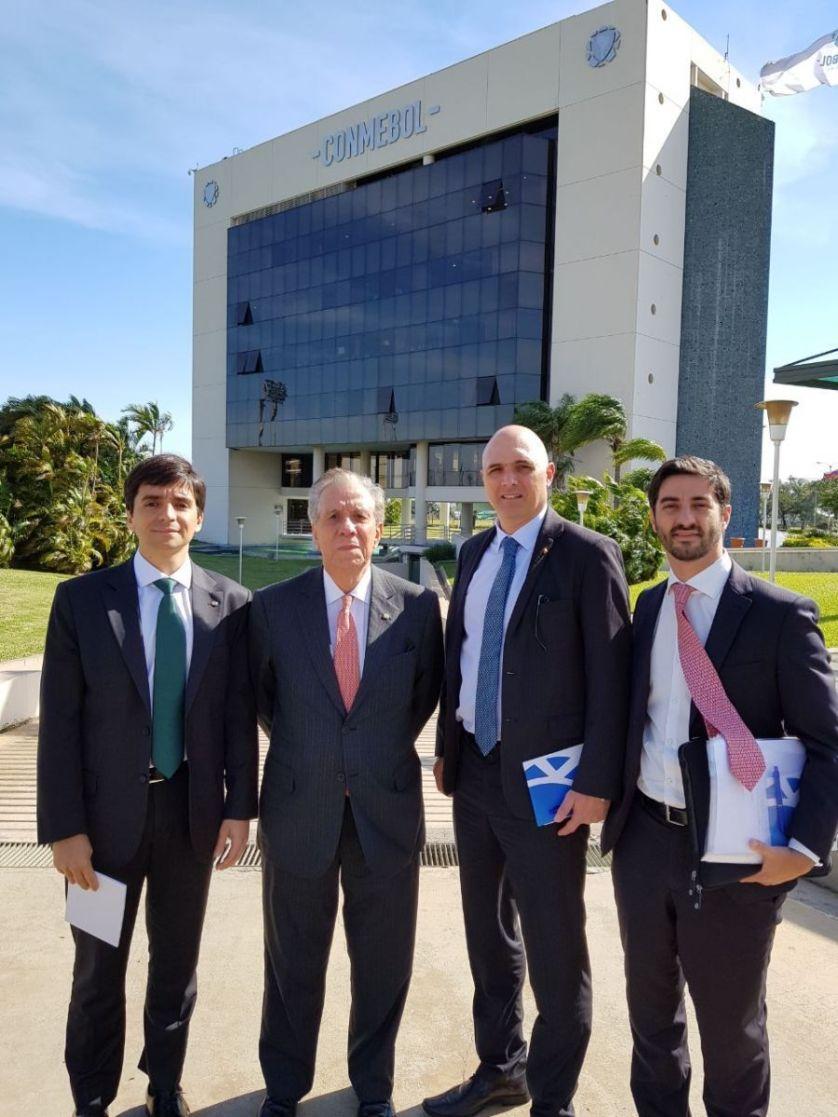 Da esquerda para a direita: o advogado Alexandre Zanotta, o vice Jesse Ribeiro, o presidente Maurício Galiotte e o advogado André Sica na sede da Conmebol. (Divulgação)
