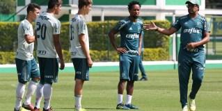 Zé Roberto treina com Sub-20 para colher informações e passar experiência