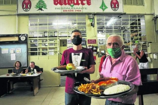 Francisco Marinho, mais conhecido como Chiquinho, e o filho, Francisco Emílio: tradição e inovação fazem parte do DNA do bar que é sucesso em Brasília desde a inauguração -  (crédito: Marcelo Ferreira/CB/D.A Press)