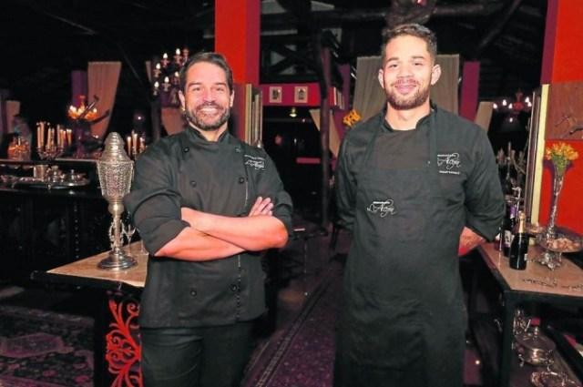 Os chefs Marcelo Riella e Wesley Batista assinam o menu da casa