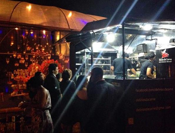 Food truck Delírios da Carne atrai dezenas na Praia do Canto, em Vitória