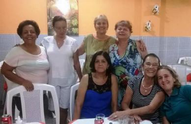 A professora Márcia Ramos, à esquerda da foto, garantiu dez ingressos de meia entrada para o grupo de amigas.