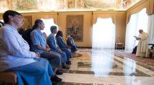 La vida consagrada se caracteriza por la alegría y la simplicidad, destaca el Papa