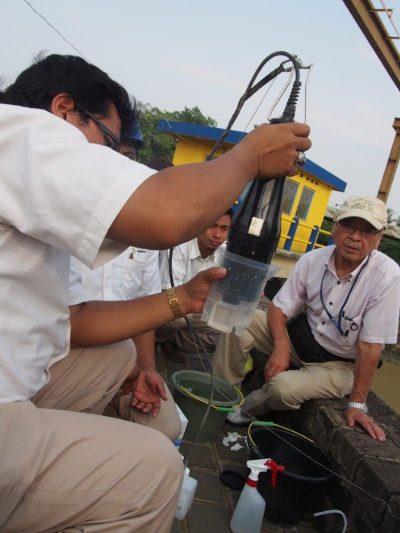 水質計の取り扱いを説明