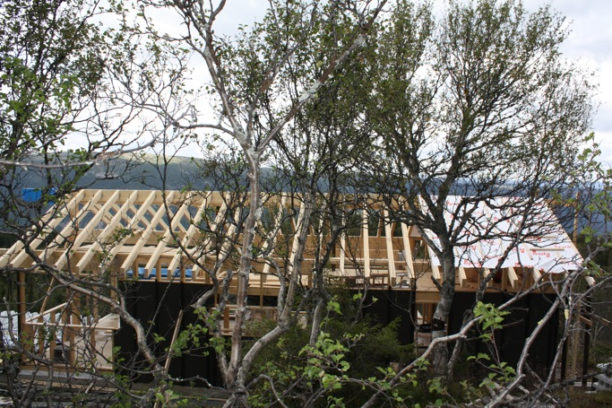 Bak busker og kratt kan vi nå se noe som likner med på et hus enn noengang.