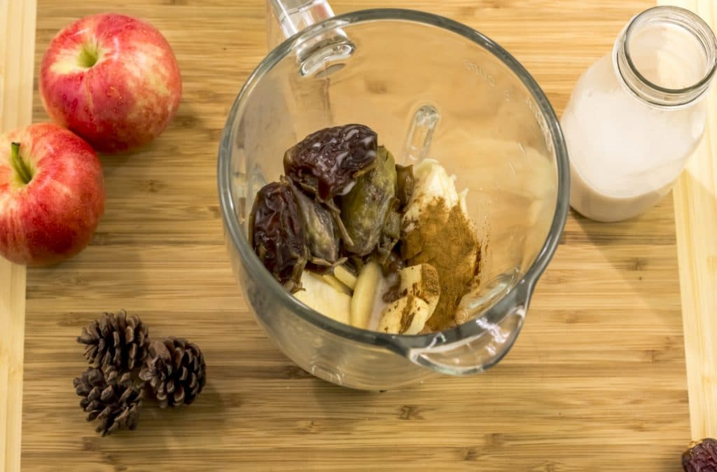 Ingredients for a apple pie plant-based  smoothie instead a blender.