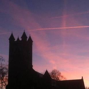 夕暮れ時の教会