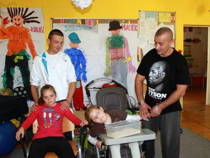 2013-10-05-praca-glogowskich-wiezniow-z-osobami-niepelnosprawnymi@Glogow-(fot.D.Jeczmionka)-01-