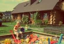 2015-07-02 Rodziny z dziećmi wybierają na wakacje domki letniskowe zamiast hoteli. Najchętniej nad Bałtykiem